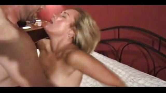 スキニーヤギは服を脱ぎ、セックスのために男性を誘惑する。 エロ 鈴木 一徹