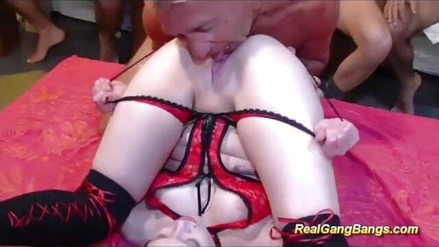 彼は膣に成熟したブルネットを与えた。 sex 動画 一徹