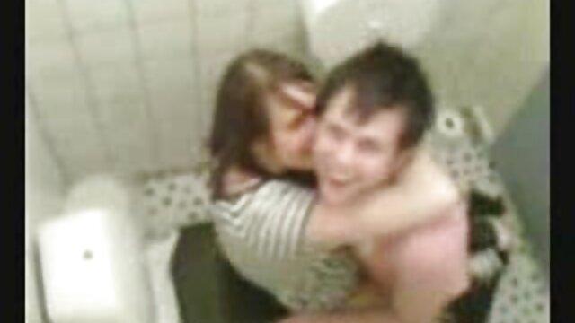 青々とした金髪のお母さんは彼の上にジャンプ。 sex 動画 一徹