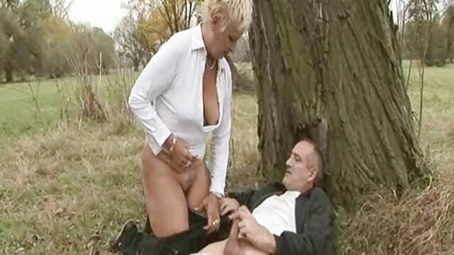 滑りやすい膣を持つ金髪のメンバー 鈴木 一徹 の エロ 動画