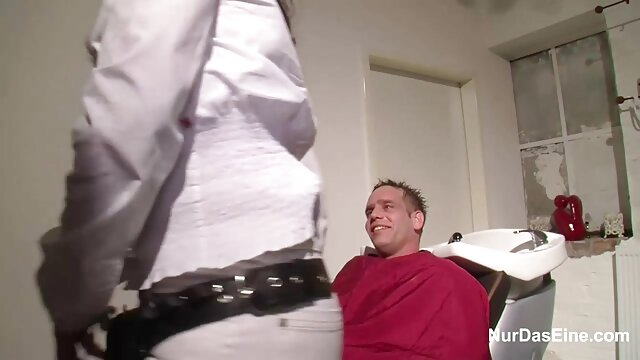 あの裏切り者は男の前でボーイフレンドと遊んでいる。 エロ 動画 無料 一徹