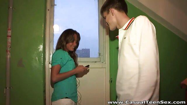 立った後、濡れた金髪痴女はチンポを取る。 エロ 鈴木 一徹